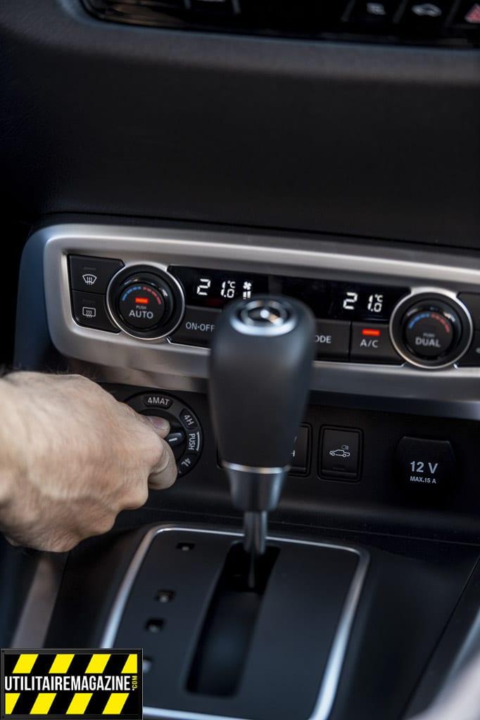 Le sélecteur permet de choise entre 4 roues motrices permanentes, 4 roues motrices avec blocage central ou vitesses courtes