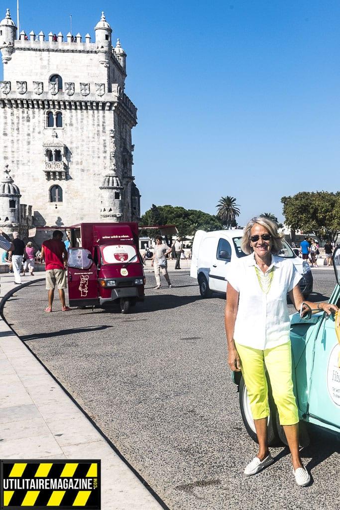 Luisa à côté de sa 2 CV à proximité de la Tour de Belem à Lisbonne