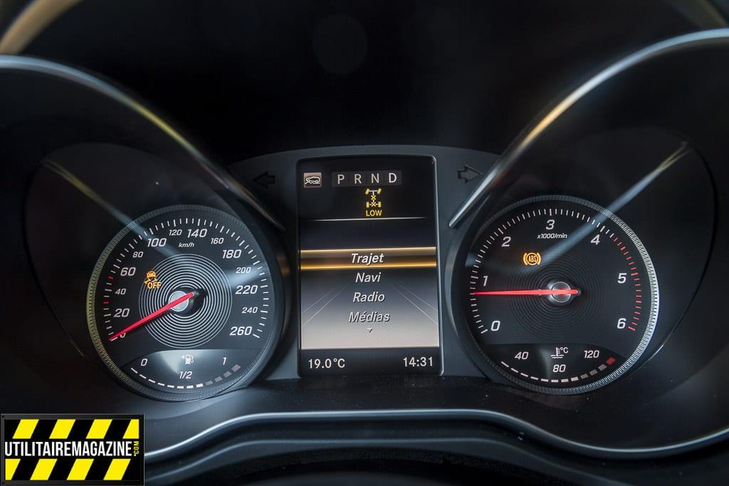 Le tableau de bord est sobre, fonctionnel, on trouve au milieu un écran qui fournit les principales informations et qui répète les directions à suivre quand on est en mode navigation GPS