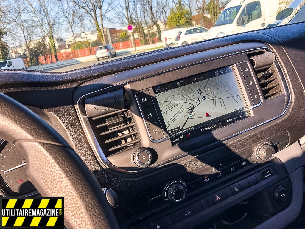 Son nouveau Peugeot Expert Compact dipose d'un GPS, d'un radar de rceul et de pas mal d'options que Fabrice n'avait pas avant. Comme il nous le confie, il a fait un pas dans la modernité.