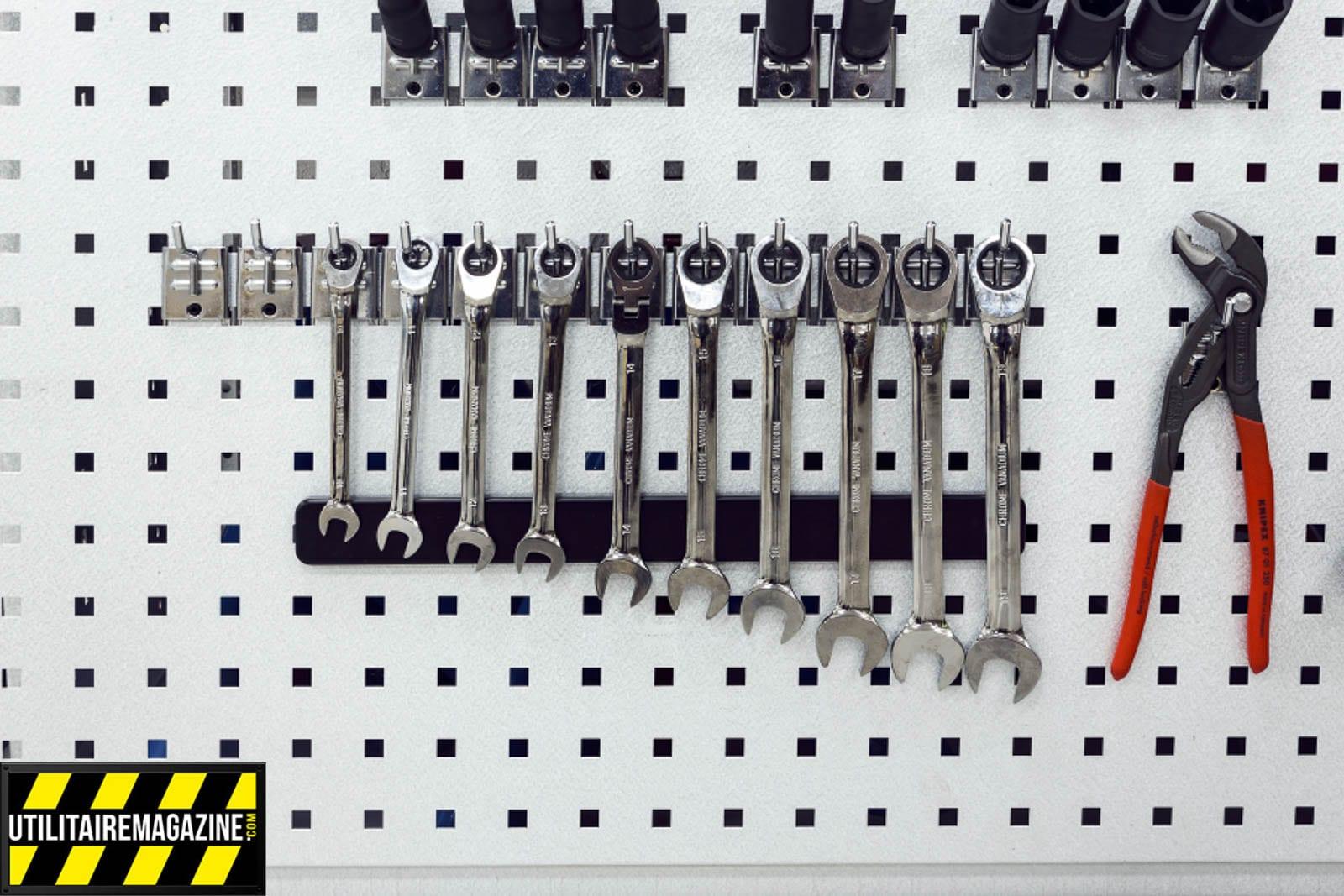 Aménagement utilitaire Work System avec des aimants pour maintenir vos outils en place sur vos crochets