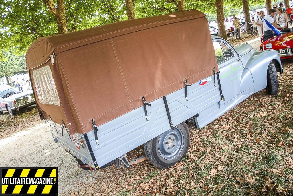 La Peugeot 203 en version utilitaire bâchée dispose d'un large plateau de 2.1 m et a une charge utile de 850 kg