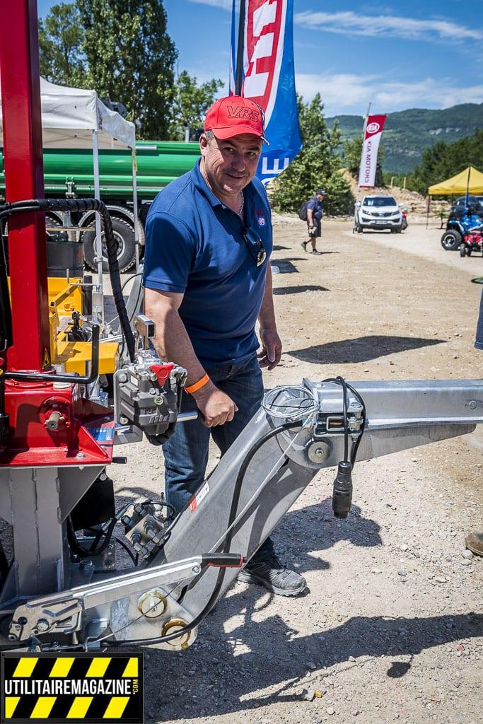Il est simple de manoeuvrer le timon hydraulique réglable en hauteur