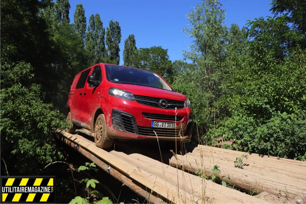 Essai tout terrain de l'Opel Vivaro Danger avec un passage sur un pont de bois