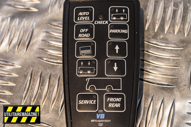 La télécommande permet de changer le réglage de la suspension : parking, mode automatique, mode off road ou réglage manuel.