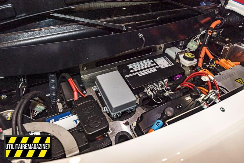 Sous le capot, toute l'électronique qui gère la motorisation et les batteries.