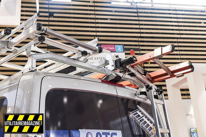Sur le toit du Sprinter, on voit ici une large barre de toit qui reçoit deux demies galeries en aluminium.
