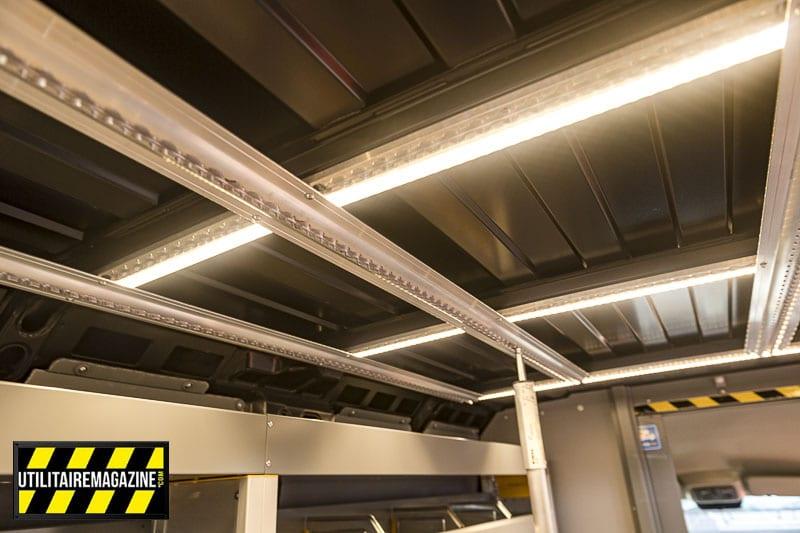 Aménagement Store Van sur Fiat Ducato : les rails au plafond pour les bras télescopiques et des éclairages à LED