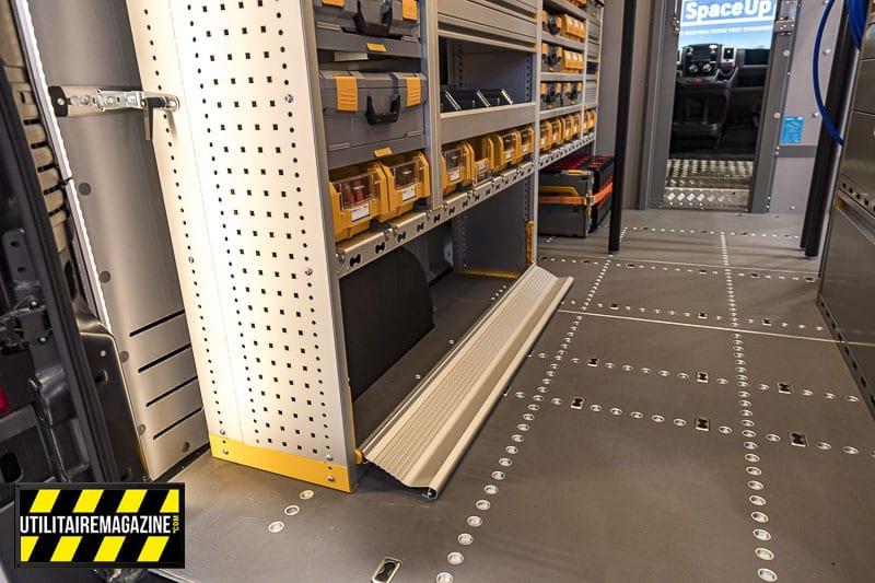 Le plancher dispose de points de fixation pour des bras télescopiques et pour des pions d'arrimages aéro.