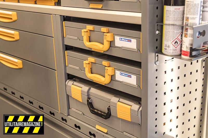 Chaque meuble Store Van peut recevoir différents modules, ici un bloc de support de mallettes.