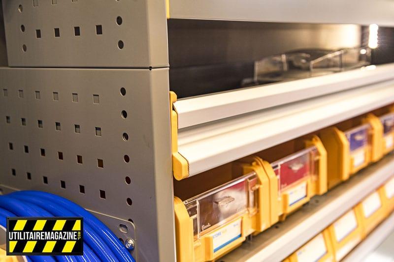 Les étagères sont sécurisées avec ce rabat. En cas de chocs le contenu ne va pas sortir de son logement.