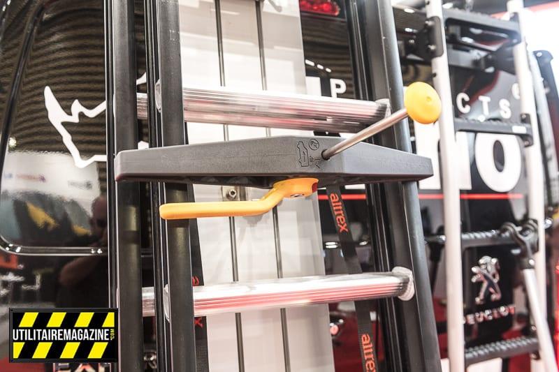 Le système de fixation SafeClamp permet de sécuriser le portage de l'échelle. Il suffit de manipuler le levier et l'échelle est sécurisée.