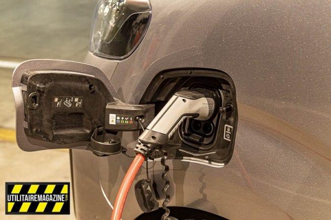 Le Vivaro-e électrique en recharge